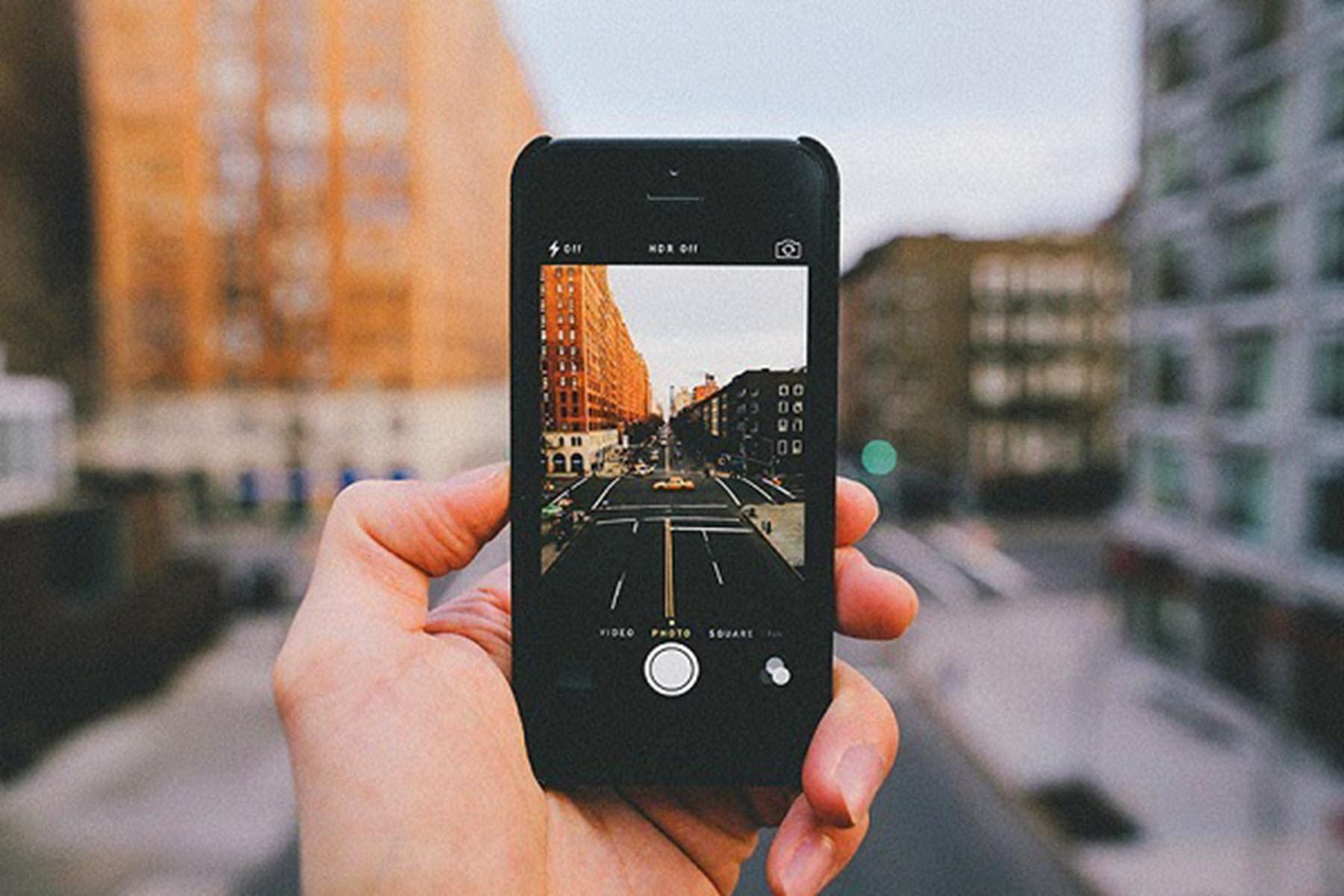 Снимает себя на мобильник 14 фотография