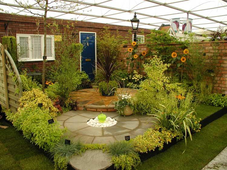 من قال أنه يجب أن يكون هناك مساحة كبيرة لتكون لك حديقة