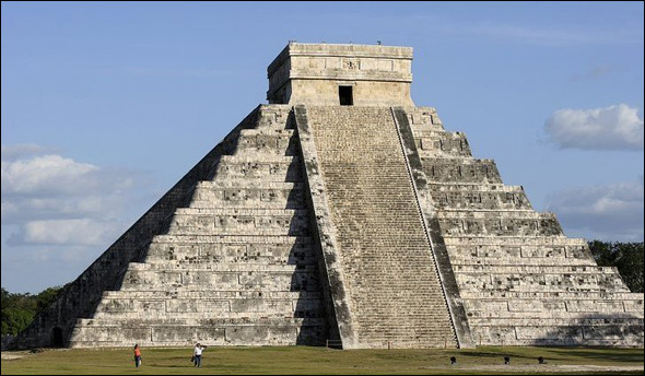 The Pyramid at Chich�n Itzá (before 800 A.D.) Yucatan Peninsula, Mexico